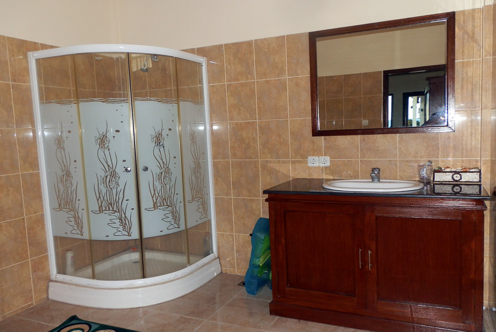 north-bali-beachfront-villa-for-lease-bathroom-shower