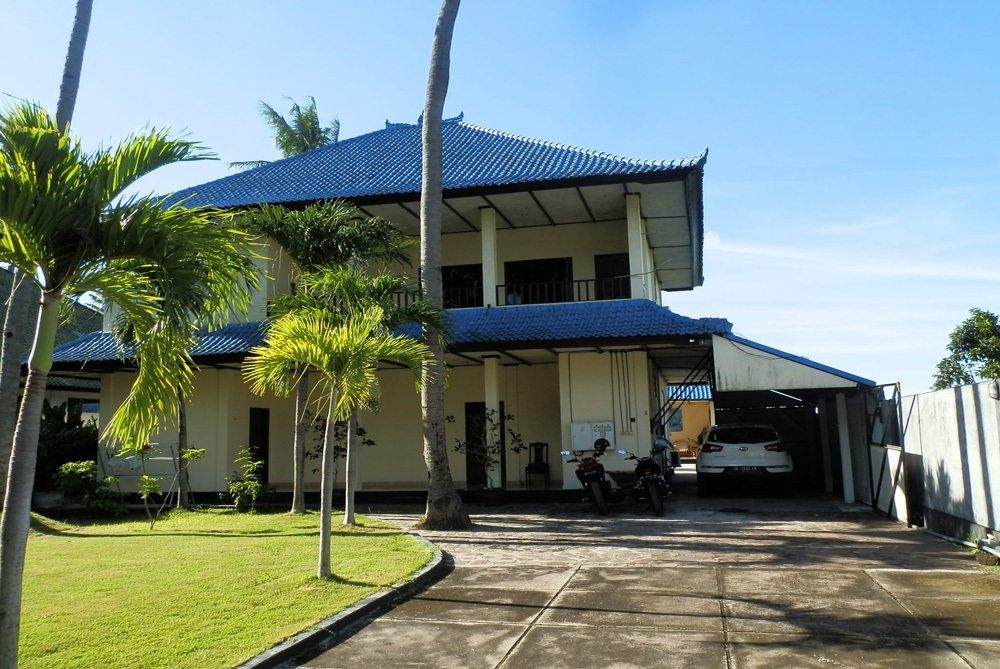 north-bali-beachfront-villa-for-lease-car-port